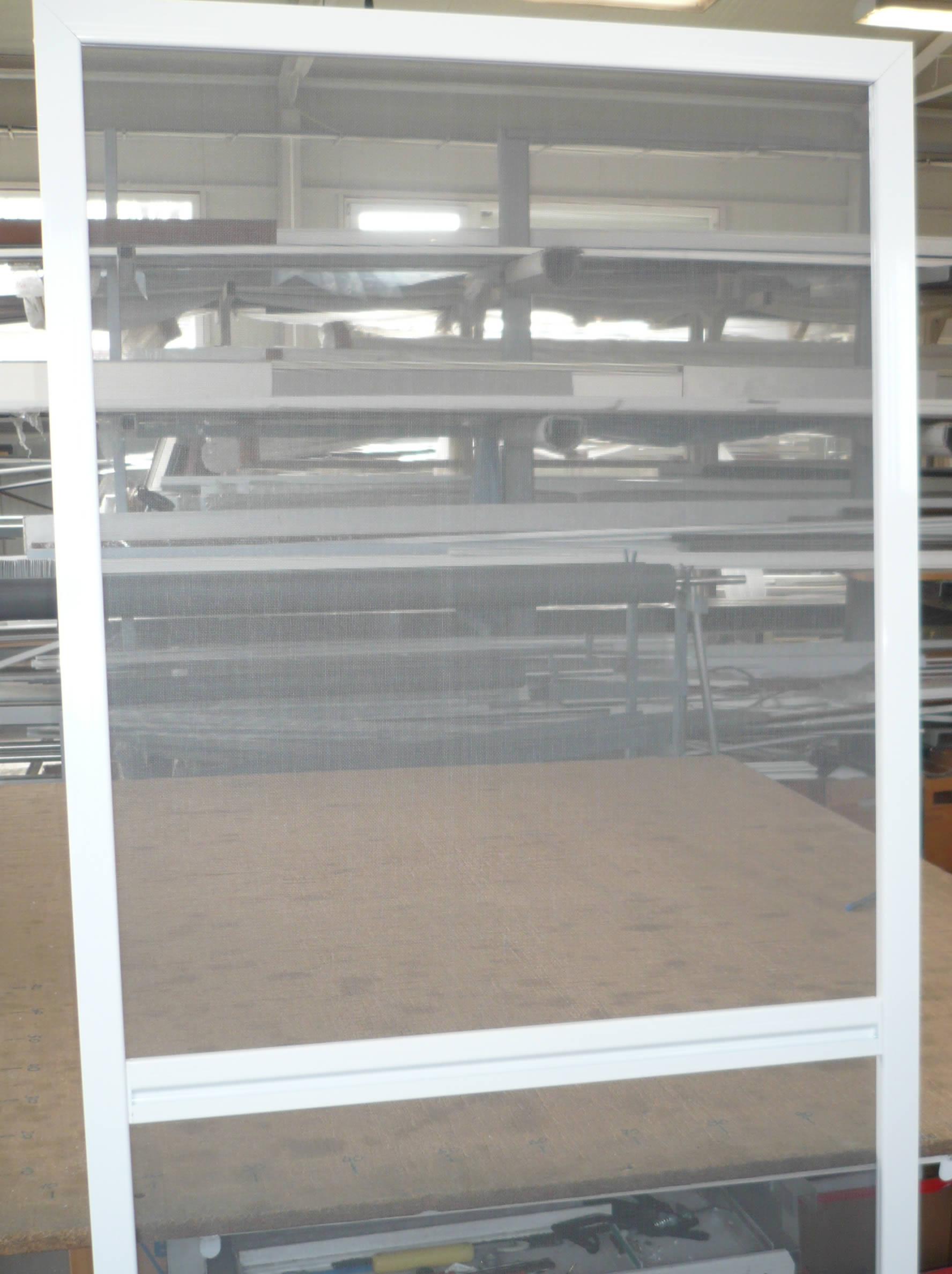 Nyíló szúnyogháló ajtó kintről nézve készen
