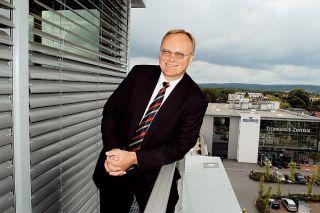 Dirk U. Hindrichs a Schüco International KG igazgatója, háttérben a Schüco Technologie Zentrum